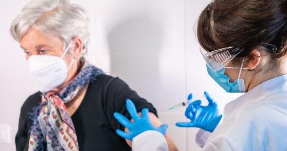Szczepionki przeciw COVID-19 mogą powodować ciężkie skutki uboczne